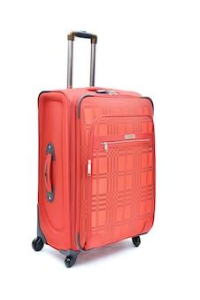 Rosso di grande valigia moderna su un bianco