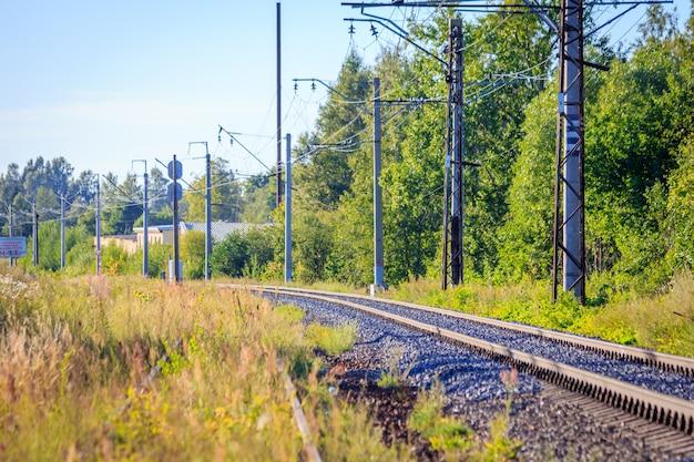 Rotaie della ferrovia russa al tramonto. ferrovia. rails