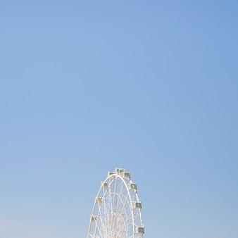 Rotella di ferris di carnevale contro il cielo pulito