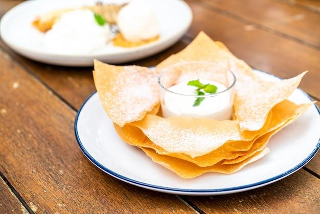 Roti croccanti con salsa al latte e cioccolato bianco