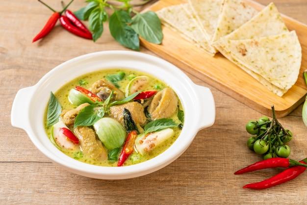 Roti e curry verde con pollo