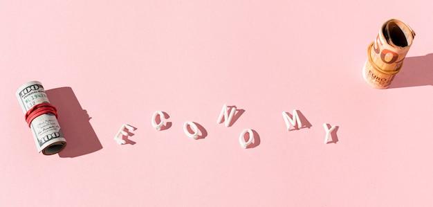 Rotoli di banconote e economia parola vista dall'alto