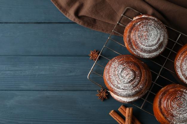 Rotoli di cannella, anice e asciugamano sul tavolo di legno