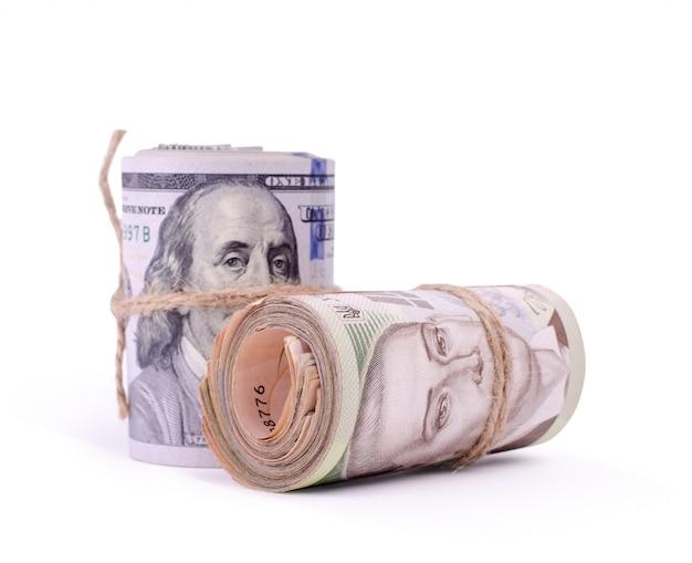 Rotoli di dollari usa e banconote ucraine di grivna