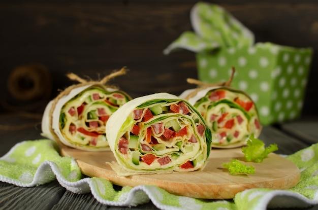 Rotoli di pane con verdure, formaggio e salsiccia