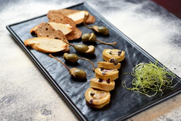Rotoli di patè con capperi e crostini