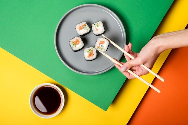 Rotoli di sushi asiatici tradizionali con salsa di soia