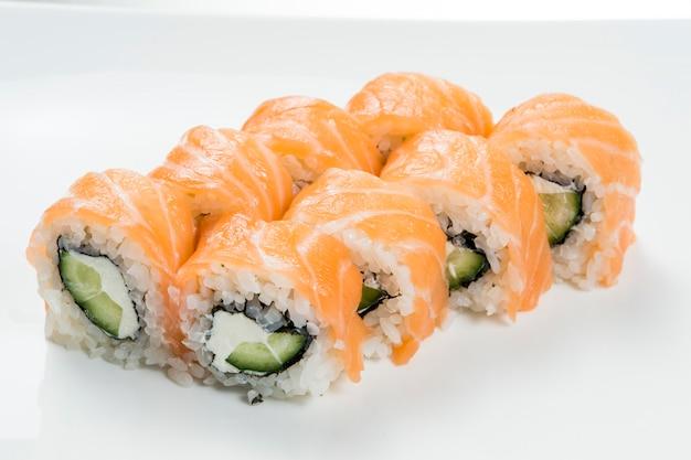Rotoli di sushi con cetrioli salmonnd nel mezzo