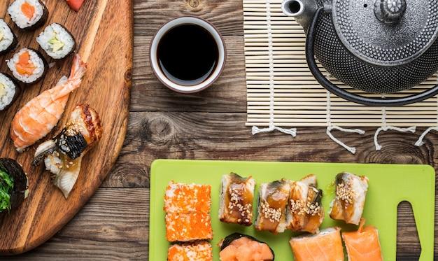Rotoli di sushi giapponese con salsa di soia e teiera