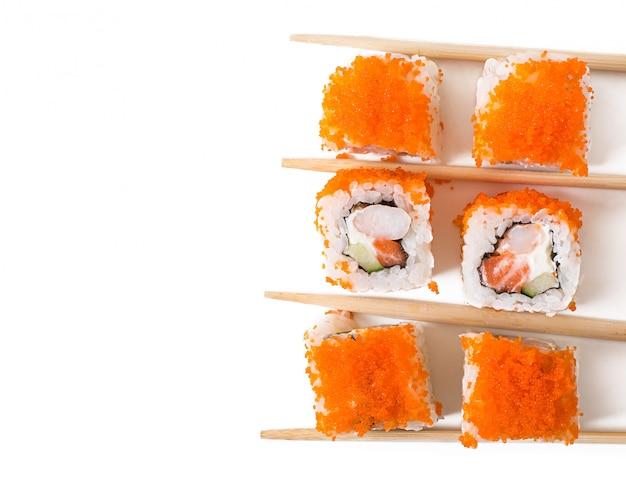 Rotoli di sushi giapponesi freschi tradizionali isolati su fondo bianco. vista dall'alto