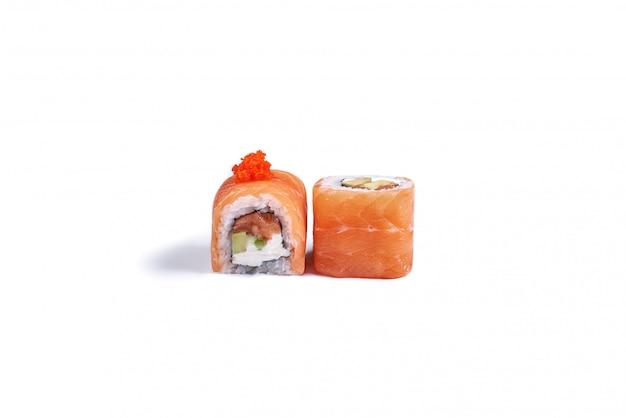 Rotoli di sushi giapponesi isolati su bianco
