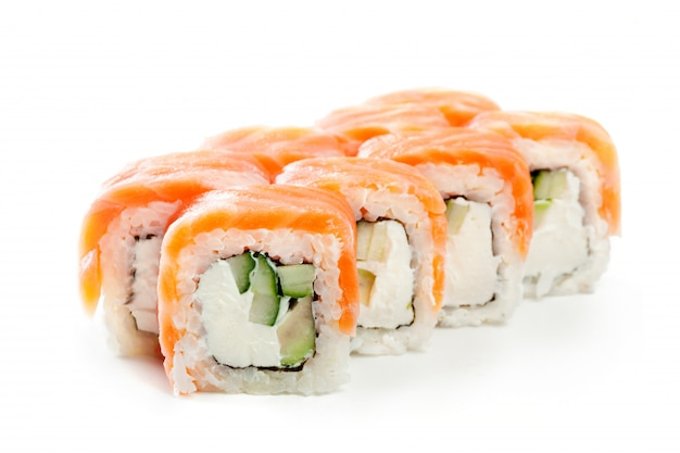 Rotoli di sushi giapponesi su bianco