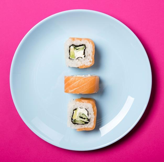 Rotoli di sushi minimalisti del primo piano sul piatto