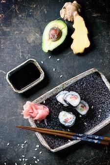 Rotoli di sushi su cemento