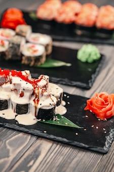Rotoli di sushi su uno sfondo nero