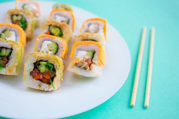 Rotoli di sushi vegetariani su un piatto bianco