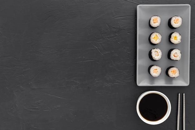 Rotoli di sushi vista dall'alto con salsa di soia