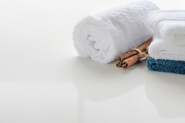 Rotoli su degli asciugamani bianchi sulla tavola bianca con lo spazio della copia. copia spazio per il montaggio della visualizzazione del prodotto.