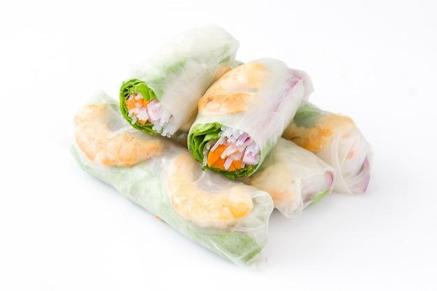 Rotoli vietnamiti con verdure, spaghetti di riso e gamberi isolati su bianco