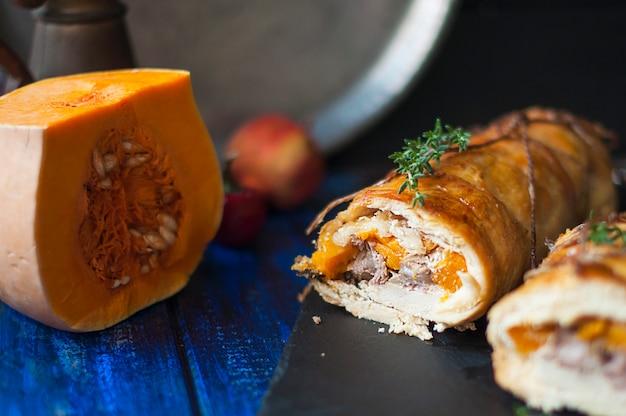 Rotolo con zucca al forno. pranzo sano delizioso in autunno.