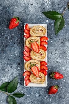Rotolo delizioso con le fragole fresche, vista superiore del dolce della fragola