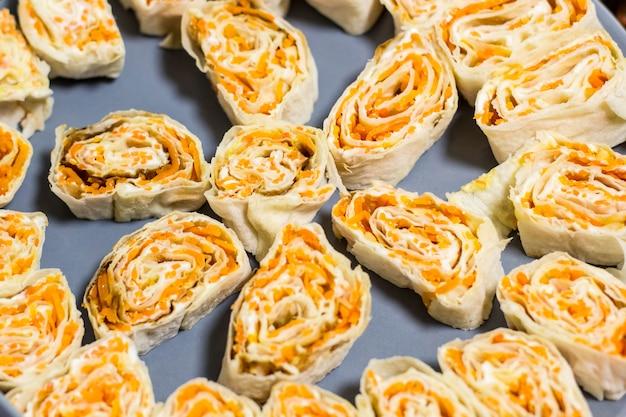 Rotolo dello spuntino delle carote coreane del pane della pita sul piatto