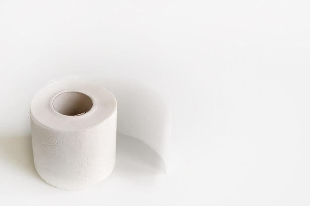 Rotolo di carta igienica isolato su bianco