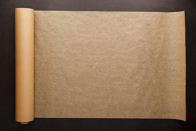 Rotolo di carta pergamena marrone aperta per cuocere gli alimenti