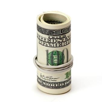 Rotolo di cento banconote in dollari legate in stringa di juta isolato.