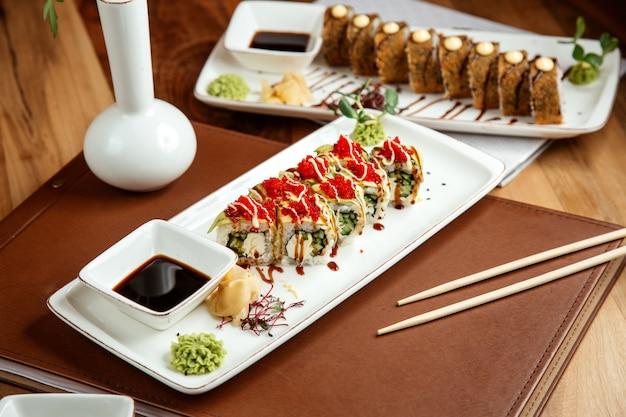 Rotolo di drago verde con crema di cetriolo e cetriolo tobiko caviale wasabi allo zenzero e salsa di soia