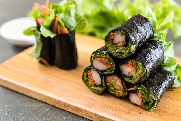Rotolo di insalata di alghe con bastoncino di granchio