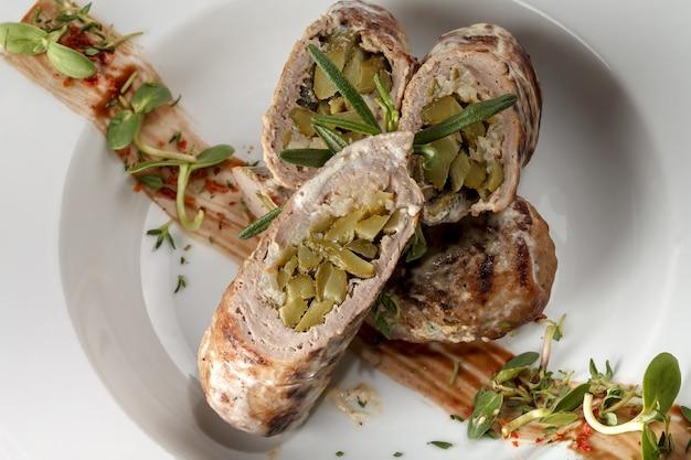 Rotolo di maiale farcito con cetrioli marinati