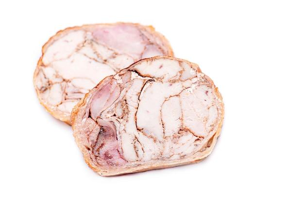 Rotolo di pollo. fette di polpettone isolato su bianco