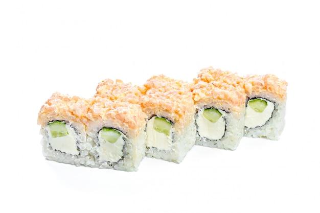 Rotolo di sushi con gli ingredienti freschi isolati su bianco