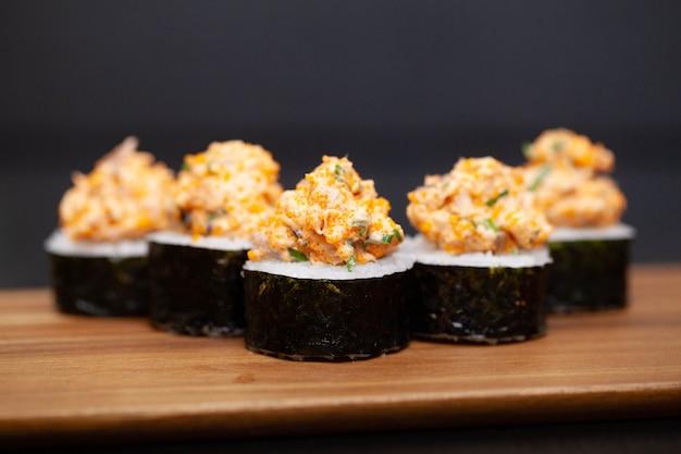 Rotolo di sushi con salmone, formaggio e cetriolo