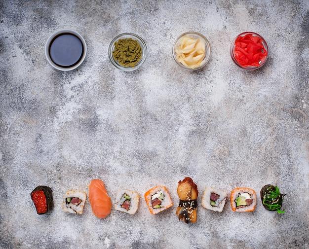Rotolo di sushi con salsa di wasabi, zenzero e soia.