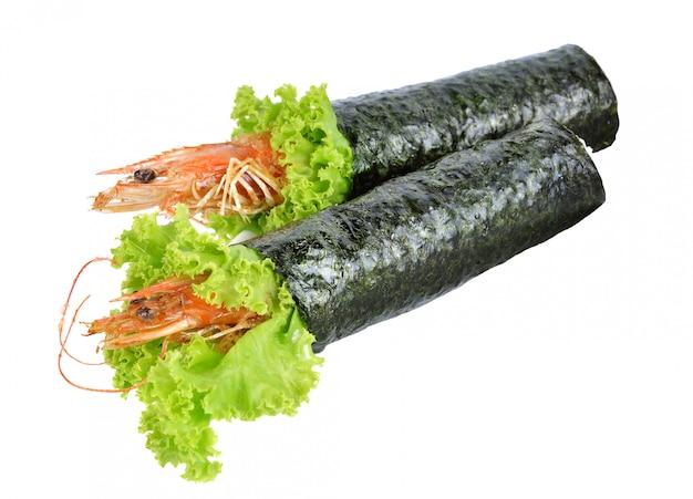 Rotolo di sushi della tempura del gamberetto su fondo bianco.