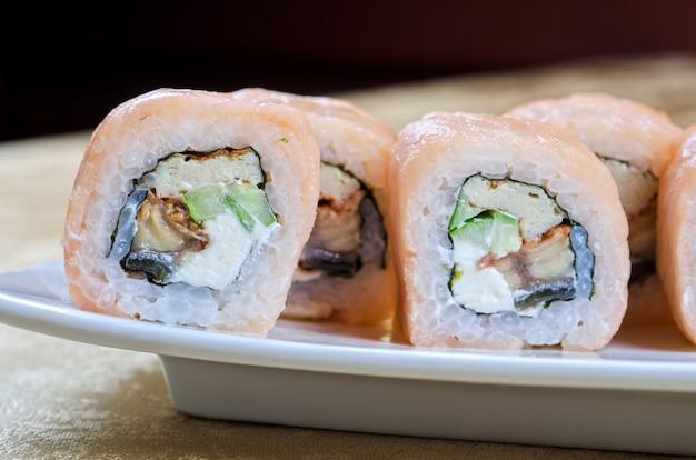 Rotolo di sushi di gamberetti e anguilla