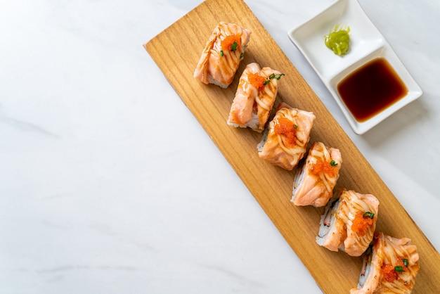Rotolo di sushi di salmone alla griglia con salsa