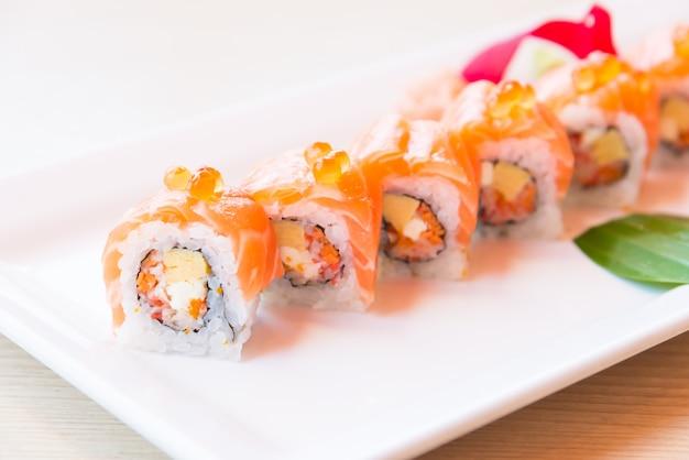 Rotolo di sushi di salmone punto di messa a fuoco selettiva