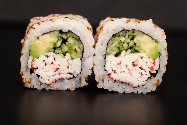 Rotolo di sushi giapponese con salmone e cetriolo