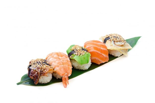 Rotolo di sushi isolato su fondo bianco.