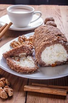 Rotolo di torta con cagliata e noci