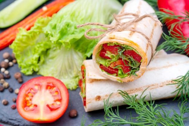 Rotolo di verdure per uno stile di vita sano.
