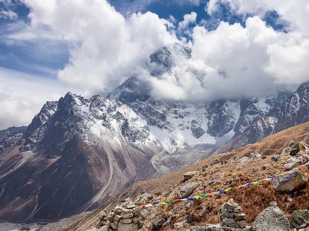Rotta verso il campo base dell'everest. visualizza su piramidi rituali e montagne. parco sagarmatha, nepal