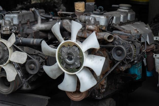 Rottami di metallo delle vecchie parti di automobili, vendute nel mercato delle parti di motori