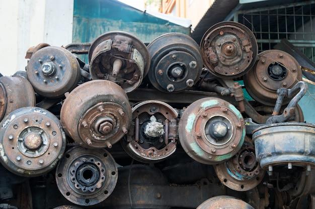 Rottami di metallo le vecchie parti di automobili, parti di ruote di automobili. venduto nel mercato dei ricambi auto.