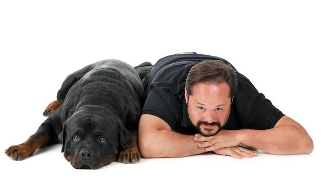 Rottweiler e uomo in studio