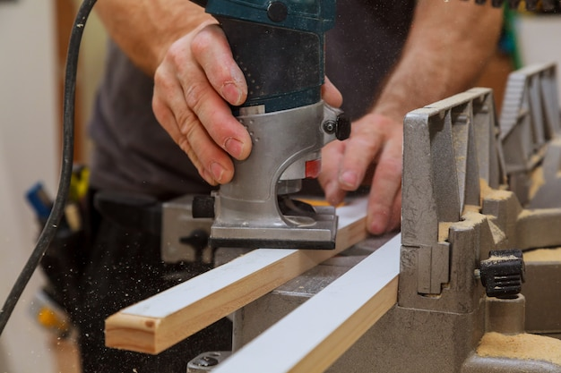 Router elettrico superiore in legno fresato da carpentiere