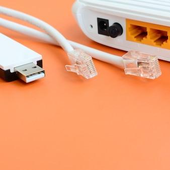 Router internet, adattatore wi-fi usb portatile e prese per cavo internet